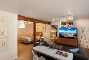 Waterfront Park Contemporary Suite
