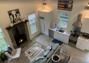 Simple Living at Luxurious, Modern Farmhouse on Ba...
